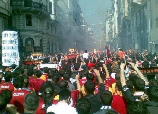 Faşizme Karşı Halk Ayaklanması Başladı. TakımTaraftarları Direnişte Birleşti